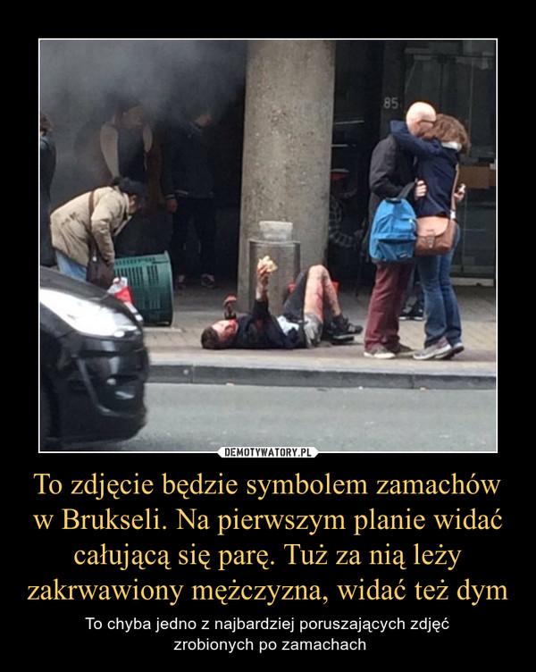 To zdjęcie będzie symbolem zamachów w Brukseli. Na pierwszym planie widać całującą się parę. Tuż za nią leży zakrwawiony mężczyzna, widać też dym – To chyba jedno z najbardziej poruszających zdjęć zrobionych po zamachach