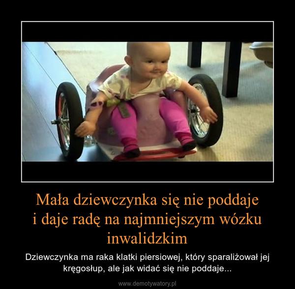 Mała dziewczynka się nie poddajei daje radę na najmniejszym wózku inwalidzkim – Dziewczynka ma raka klatki piersiowej, który sparaliżował jej kręgosłup, ale jak widać się nie poddaje...