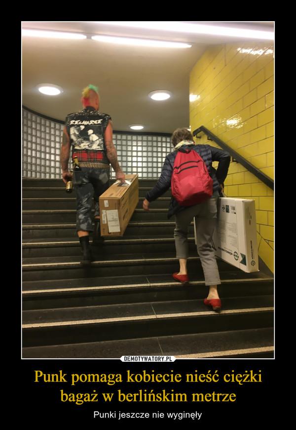 Punk pomaga kobiecie nieść ciężki bagaż w berlińskim metrze – Punki jeszcze nie wyginęły