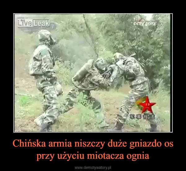 Chińska armia niszczy duże gniazdo os przy użyciu miotacza ognia –