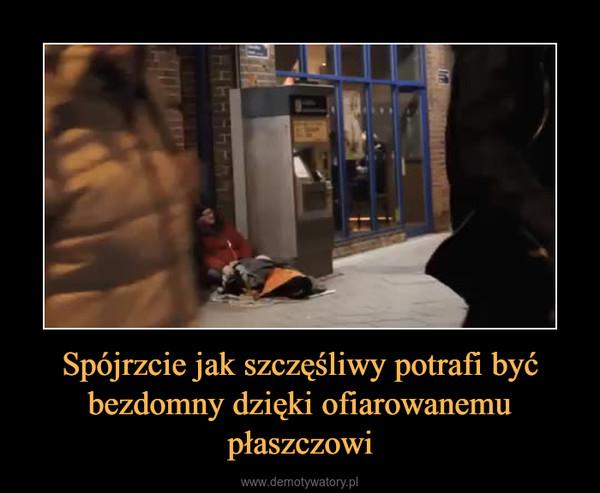 Spójrzcie jak szczęśliwy potrafi być bezdomny dzięki ofiarowanemu płaszczowi –