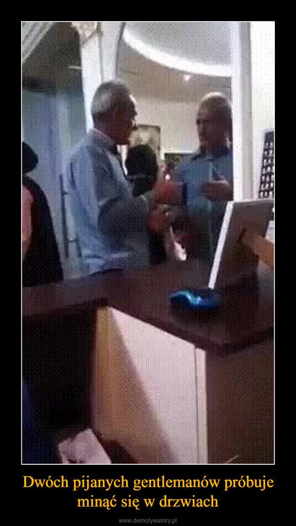 Dwóch pijanych gentlemanów próbuje minąć się w drzwiach –