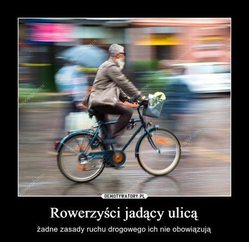 Rowerzyści jadący ulicą