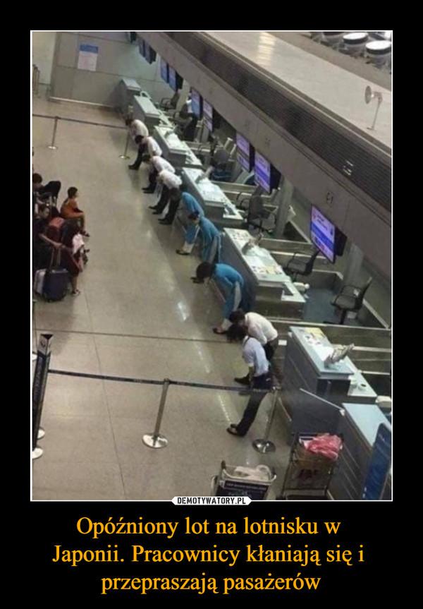 Opóźniony lot na lotnisku w Japonii. Pracownicy kłaniają się i przepraszają pasażerów –