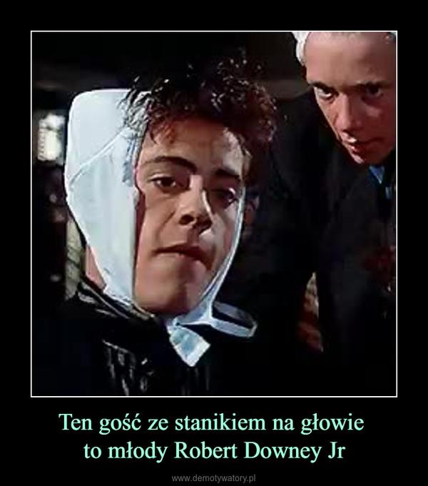 Ten gość ze stanikiem na głowie to młody Robert Downey Jr –