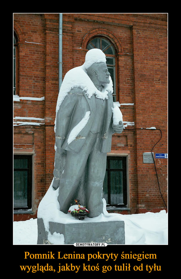Pomnik Lenina pokryty śniegiem wygląda, jakby ktoś go tulił od tyłu –