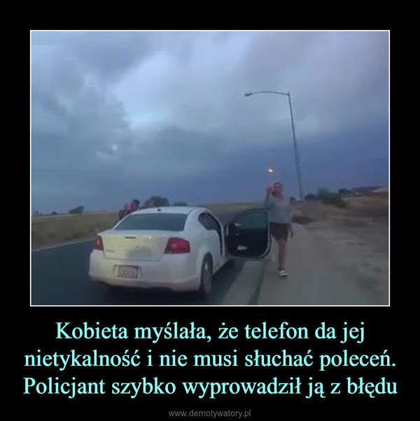 Kobieta myślała, że telefon da jej nietykalność i nie musi słuchać poleceń. Policjant szybko wyprowadził ją z błędu –