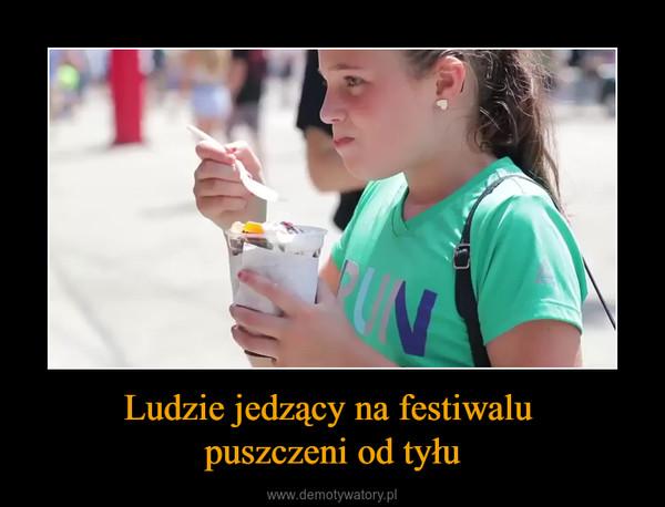 Ludzie jedzący na festiwalu puszczeni od tyłu –