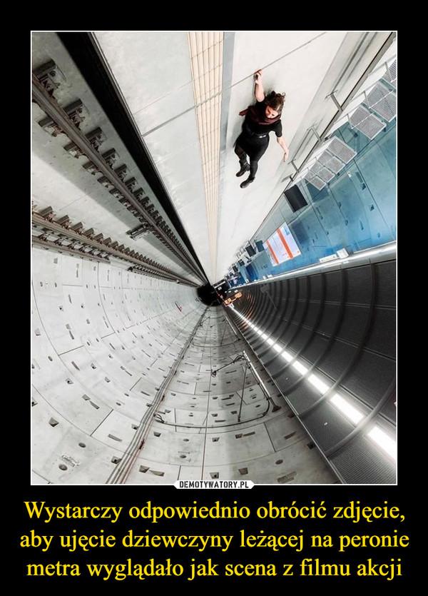 Wystarczy odpowiednio obrócić zdjęcie, aby ujęcie dziewczyny leżącej na peronie metra wyglądało jak scena z filmu akcji –