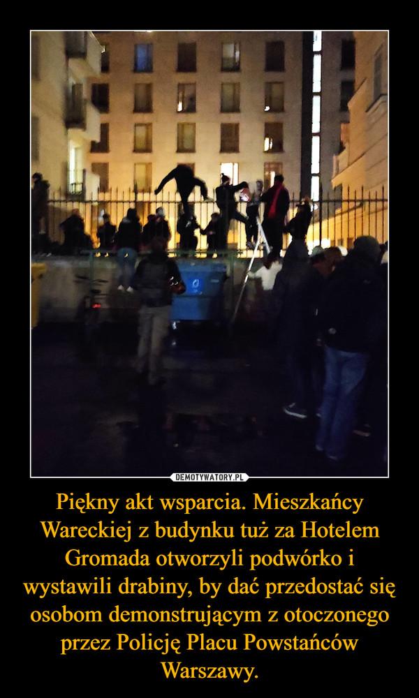 Piękny akt wsparcia. Mieszkańcy Wareckiej z budynku tuż za Hotelem Gromada otworzyli podwórko i wystawili drabiny, by dać przedostać się osobom demonstrującym z otoczonego przez Policję Placu Powstańców Warszawy. –