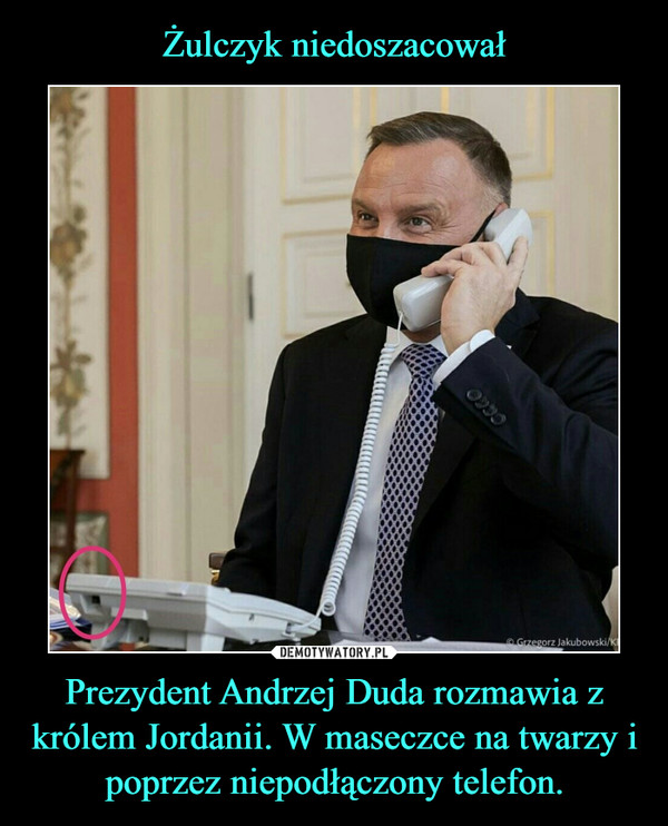 Prezydent Andrzej Duda rozmawia z królem Jordanii. W maseczce na twarzy i poprzez niepodłączony telefon. –